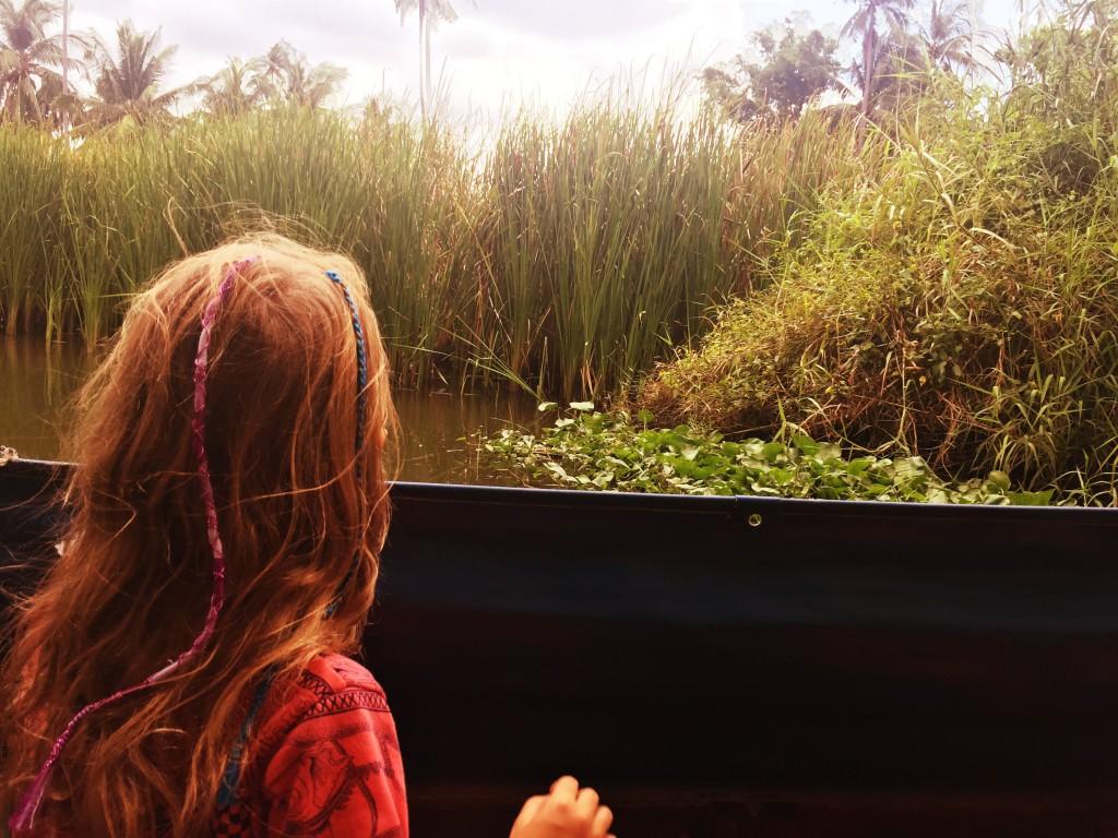 Miss K. mit Blick aus dem Boot
